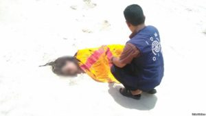 n-migration-agency-staff-tend-to-the-remains-of-a-deceased-migrant-on-a-beach-in-yemen